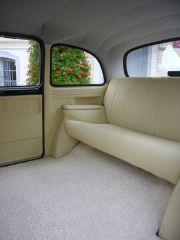1 Angielska pochodząca prosto z Londynu taxi i Mercedes S-klasy z 1967 roku biał