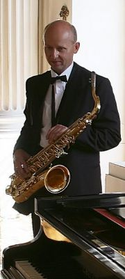 DJ-wodzirej grający na saksofonie, akordeonie i flecie