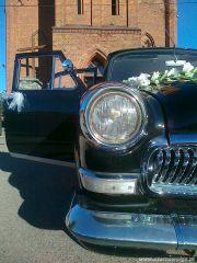 Klasyczny samochód na ślub.
