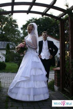Atrakcyjna plisowana suknia ślubna z tiulem i dlugim trenem
