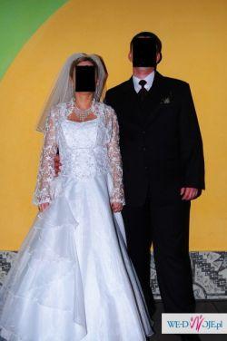 Atrakcyjna śnieżnobiała suknia ślubna