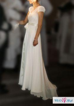 Awangardowo prosta i elegancka suknia ślubna.