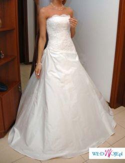 Biała, elegancka suknia z trenem