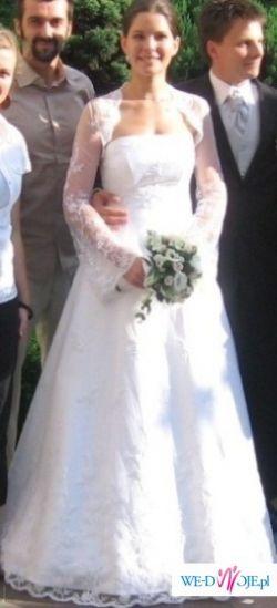 Biała, jednoczęściowa, koronkowa suknia z koronkowym bolerkiem