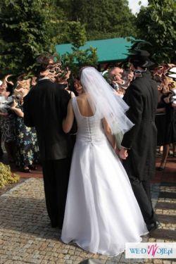 Biała, jednoczęściowa suknia