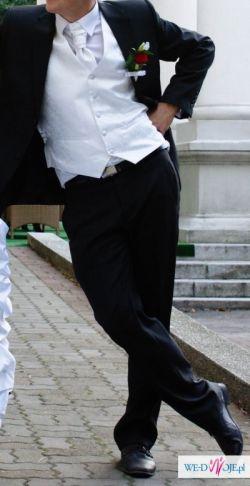 Biała, satynowa kamizelka ślubna z krawatem i butonierką