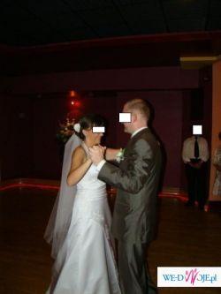 Biała suknia ślubna z delikatną koronką