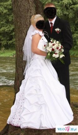 Biała suknia ślubna z delikatnmi dodatkami bordo