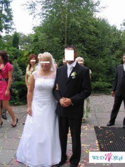 Biała suknia ślubna z koronkowym dekoltem