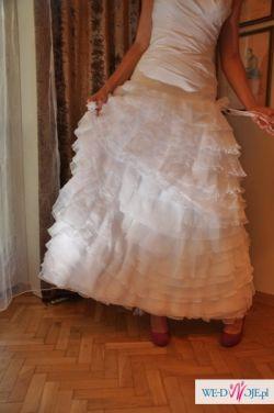 Biała suknia ślubna z odpiannym dołem