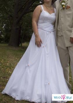 Biała suknia w komplecie z welon i przypinką do włosów