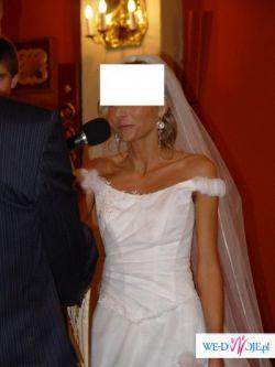 biala suknia wraz z dodatkami