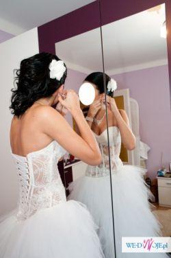 Biała suknia z rozcięciem