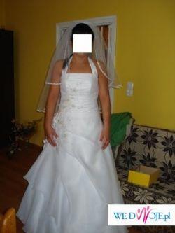 Biała suknia ze złotym haftem
