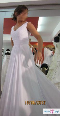 Biała zwiewna suknia slubna