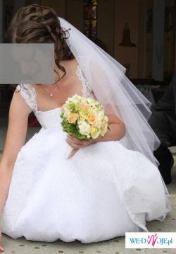 Biały, dwuwarstwowy, pięknie mieniący się welon.