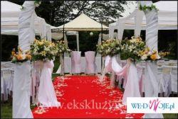 Czerwony i biały dywan na ślub