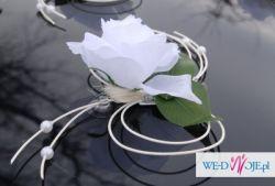 Dekoracja samochodu slubna Kwiaty białe róze