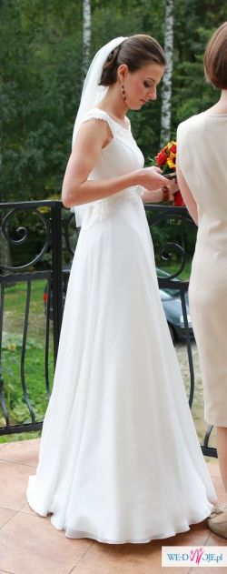 Delikatna, dziewczęca suknia ślubna.