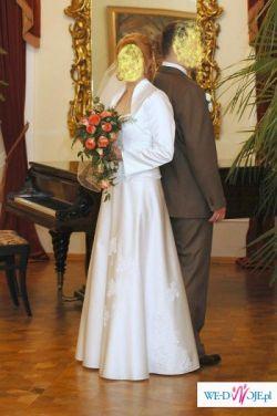 delikatna, śnieżnobiała suknia ślubna