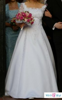 Delikatna suknia obszywana koronkami