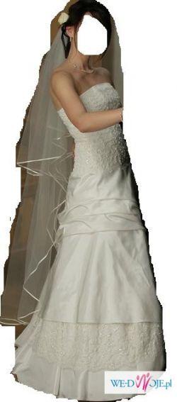 Do sprzedania tanio suknia ślubna z halką i długim welonem z pojedynczą lamówką.