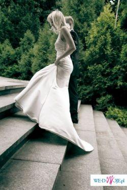 Elegancka i seksowna sukienka podkreślająca kobiecą figurę