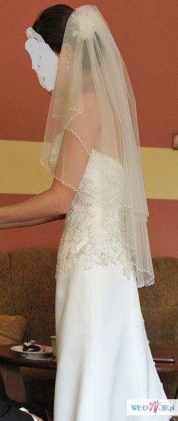 Elegancka, klasyczna suknia z trenem
