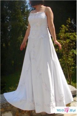 Elegancka prosta suknia ślubna. Zdobiona gipiórą. RETRO 40 42