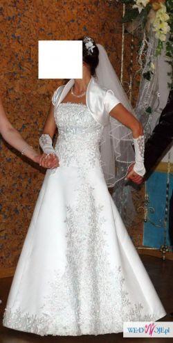 Elegancka suknia ślubna z dodatkami