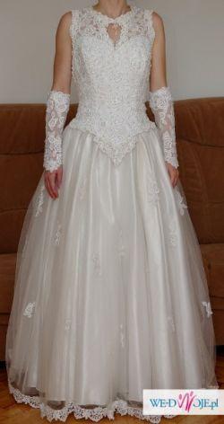 Elegancka suknia z trenem dla szczupłej panny młodej