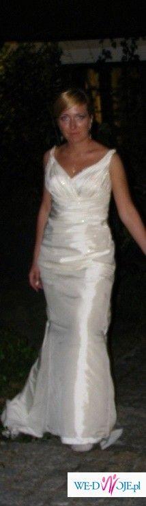 Elegancka, wąska suknia z długim trenem
