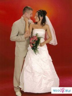 Jak nowa piękna suknia ślubna