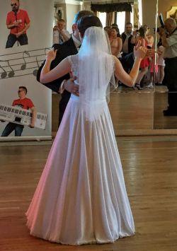 Klasyczna śnieżnobiała suknia ślubna w bardzo dobrym stanie + welon