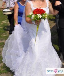 Koronkowa suknia ślubna z trenem