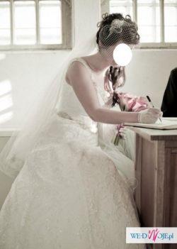 Koronkowa suknia z klasą, bardzo elegancka