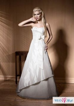 Lekka i wygodna suknia ślubna o wyszczuplającym kroju, brokatowy welon i torebka