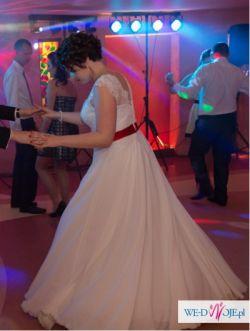 Muślinowa suknia z czerwonym pasem r.40