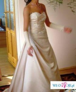 Niepowtarzalna  suknia ślubna z trenem i pięknymi haftami