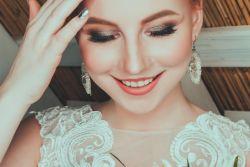 Olśniewający, biały uśmiech i piękne zęby w dniu wesela