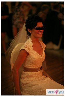 Oryginalna koronkowa suknia ślubna Sposabella Adeline z kokardą toffi
