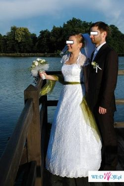 Oryginalna suknia ślubna z zieloną szarfą