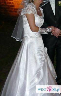 piekna biala suknia slubna