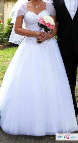 Piękna biała suknia ślubna typu księżniczka.
