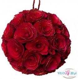 Piękna czerwona kula z ręcznie robionymi kwiatami róż - wykonanych z drewna.