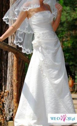 Piękna delikatna suknia ecru