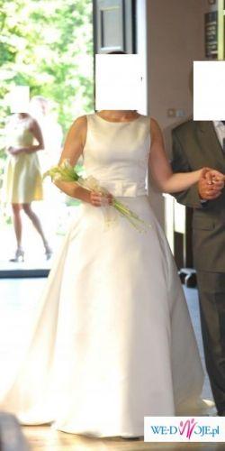Piękna, elegancka, prosta suknia jednoczęściowa w kolorze ecru.