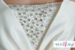 Piękna i delikatnie zdobiona suknia ślubna odpinanym trenem.