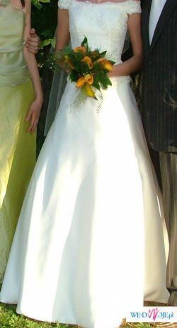 Piękna i efektowna suknia ślubna, kolor jasny ecru.