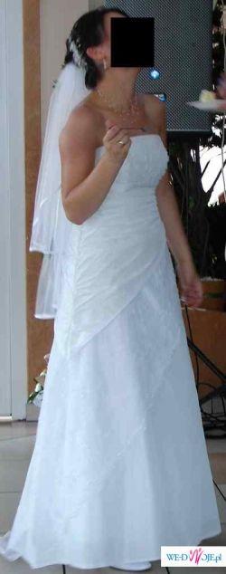 Piękna i skromna suknia slubna